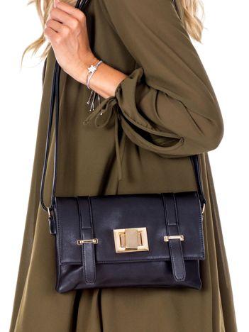 Czarna torebka na ramię z ozdobnym zapięciem