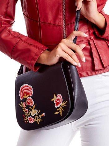 Czarna torebka z haftowanymi kwiatami