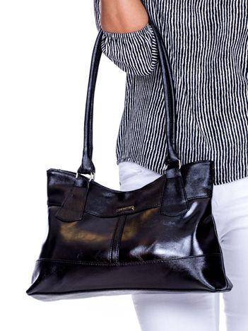 Czarna trapezowa torebka damska na ramię