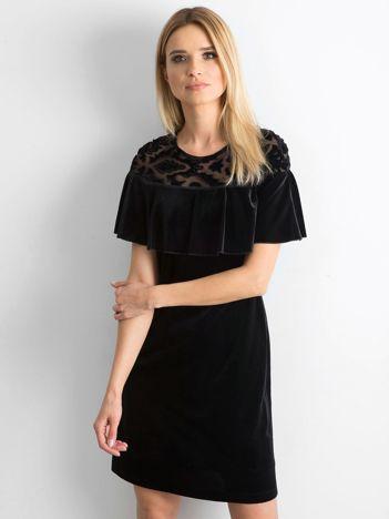 Czarna welurowa sukienka z falbaną