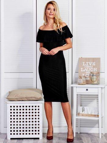 Czarna welurowa sukienka z szeroką falbaną