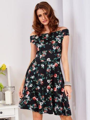 Czarna wzorzysta sukienka z odkrytymi ramionami
