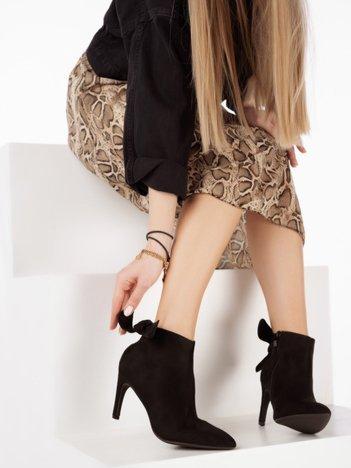 Czarne botki z na szpilach z wiązaną kokardką na tyle cholewki