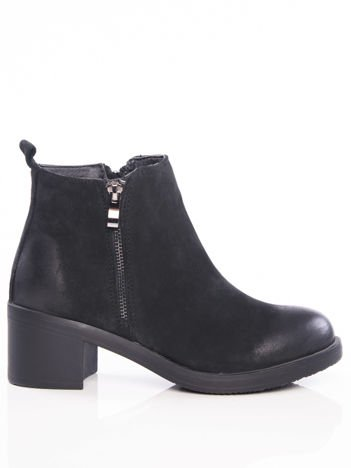 Czarne botki z nubuku na szerokim klocku zapinane na suwak, z ozdobnymi przetarciami na przodzie i tyle buta