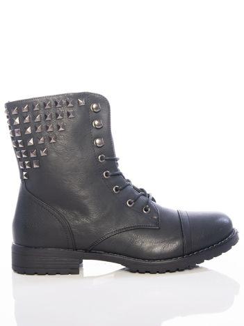 Czarne  botki ze stalowymi ćwiekami na cholewce