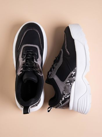 Czarne buty sportowe na podwyższeniu z błyszczącą wstawką i zwierzęcym motywem