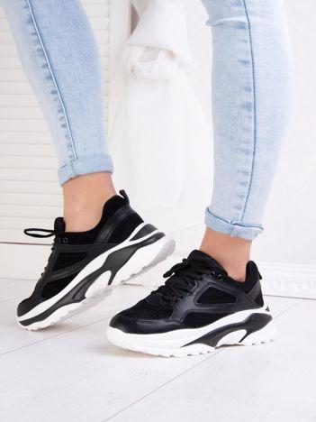 Czarne buty sportowe na podwyższonej profilowanej podeszwie z wstawkami z eco skóry