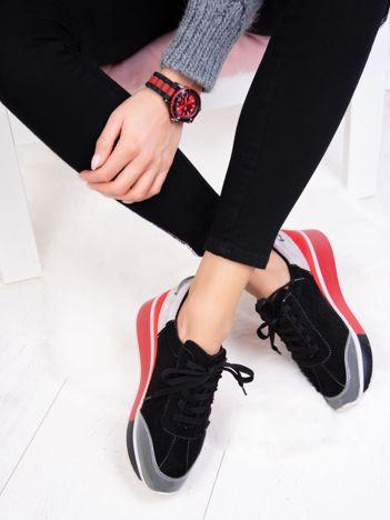 Czarne buty sportowe z koralikami na boku cholewki i czerwonymi elementami