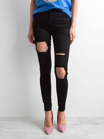 Czarne damskie spodnie skinny z dziurami