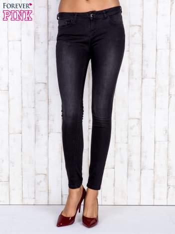 Czarne jeansowe spodnie rurki z przetarciami