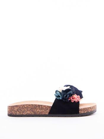 Czarne klapki ERYNN z materiałowymi kwiatami na przodzie cholewki