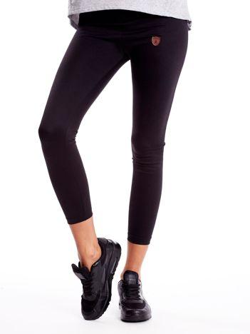 Czarne legginsy ze skórzanym znaczkiem