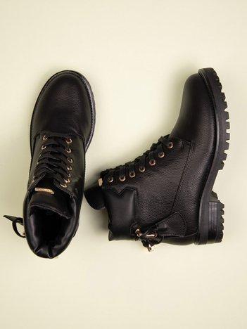 Czarne lekko połyskujące traperki z ozdobną kłódeczką na tyle buta i złotymi dodatkami