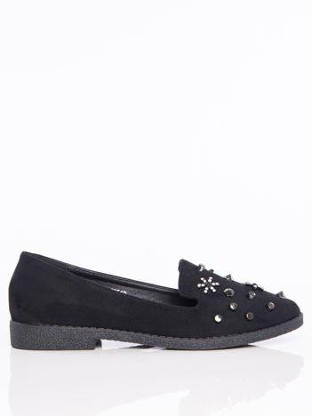 Czarne lordsy na klocku z głębszą cholewką i ozdobnymi kamieniami na przodzie buta