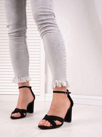 Czarne sandały IDEAL SHOES na wysokim słupku z paskami na krzyż
