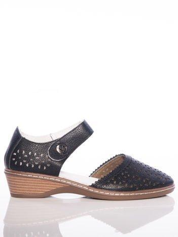Czarne sandały Sabatina z ażurową cholewką i szerokim paskiem zapinanym w kostce