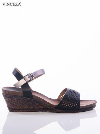 Czarne sandały Vinceza na koturnach z ażurowym przodem i perłoworóżowym paskiem