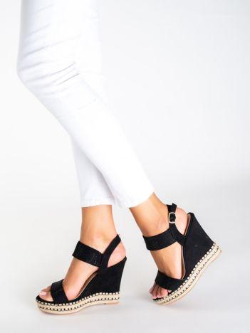 Czarne sandały na koturnach z paskami zdobionymi mieniącymi się dżetami