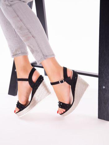 Czarne sandały na metalicznych koturnach z ćwiekami na przodzie