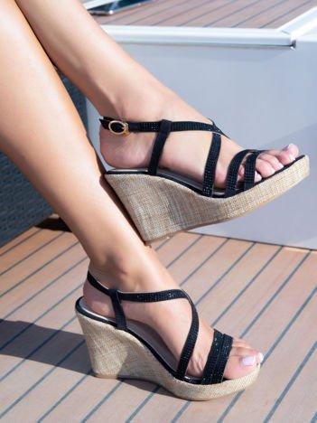 Czarne sandały na płóciennych koturnach z drobnymi, błyszczącymi dżetami