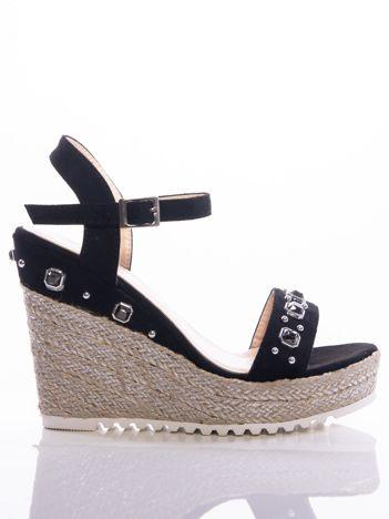 Czarne sandały na posrebrzanych koturnach, zdobione błyszczącymi kamieniami na cholewce
