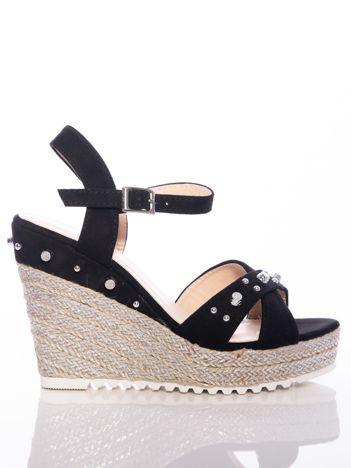 Czarne sandały na posrebrzanych koturnach, ze srebrnymi ćwiekami na cholewce