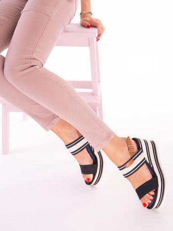 Czarne sandały na profilowanej podeszwie z białym paskiem przy kostce
