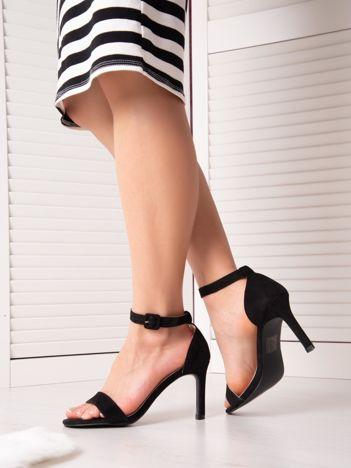 Czarne sandały na szpilkach z kwadratową sprzączką z eco zamszu
