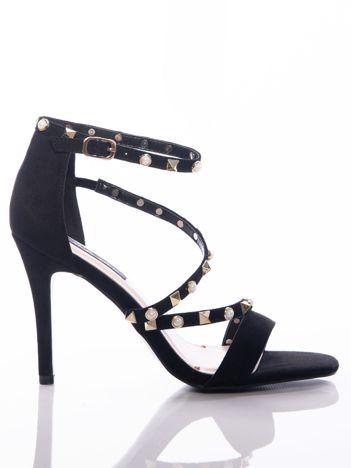 Czarne sandały na szpilkach z ozdobnymi złotymi dżetami i perełkami na cholewce
