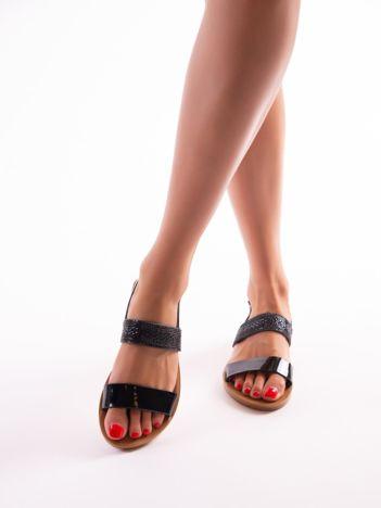 Czarne sandały z biżuteryjnym paskiem przy kostce