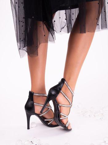 Czarne sandały z biżuteryjnymi wstawkami dookoła cholewki zapinane na suwak z tyłu