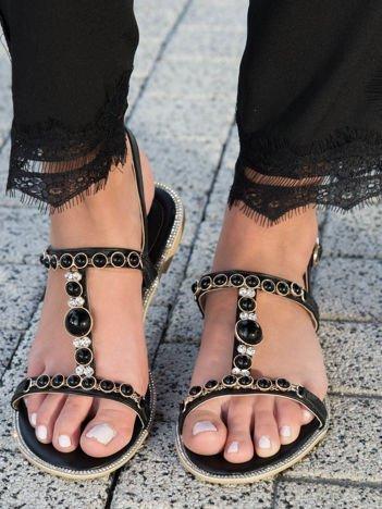 Czarne sandały z ozdobnymi kamieniami i błyszczącymi cyrkoniami zapinane na sprzączkę