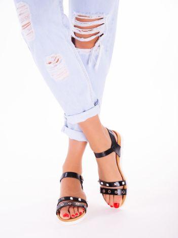 Czarne sandały z profilowaną podeszwą i nitami na przodzie