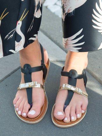 Czarne sandały ze złotym paskiem z przodu zapinane na kostce