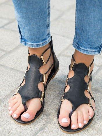 Czarne sandały ze złotymi klamerkami zapinane na suwak na pięcie