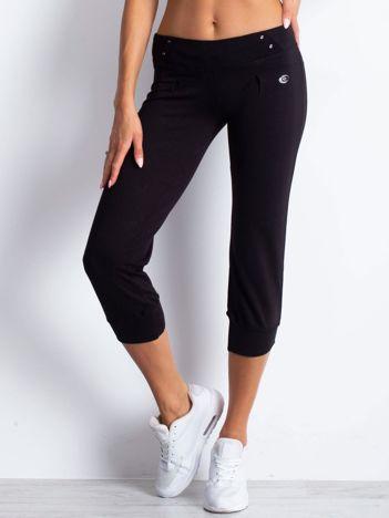 Czarne spodnie dresowe capri z kieszonką na suwak