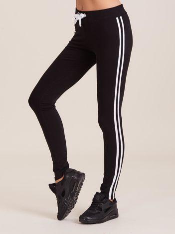 Czarne spodnie dresowe damskie z lampasami