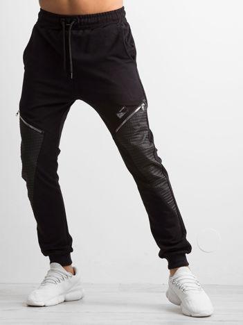 Czarne spodnie dresowe męskie z aplikacją