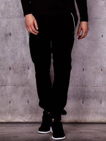 Czarne spodnie dresowe męskie z pikowanymi wstawkami