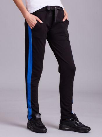 Czarne spodnie dresowe z ciemnoniebieskim lampasem