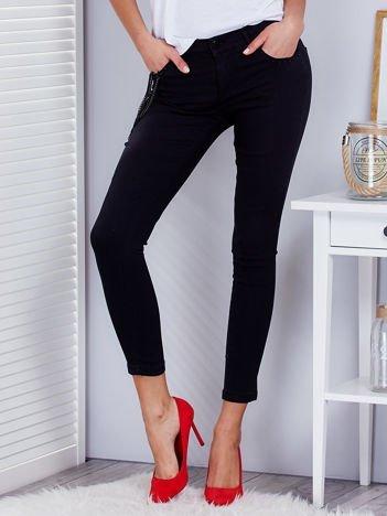 Czarne spodnie z agrafkami i łańcuszkiem