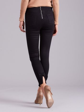 Czarne spodnie z kokardami na nogawkach