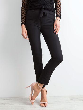 Czarne spodnie z wiązaniem