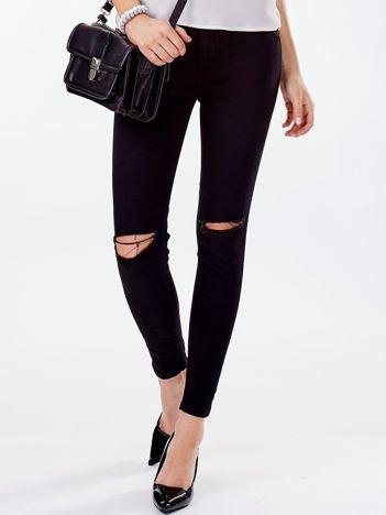 Czarne spodnie z wysokim stanem i rozcięciami na kolanach