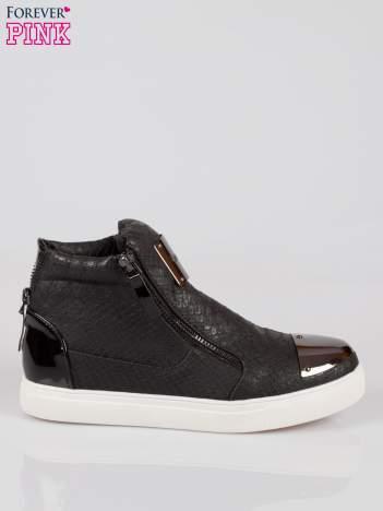 Czarne wężowe sneakersy z blaszką na nosku Charm