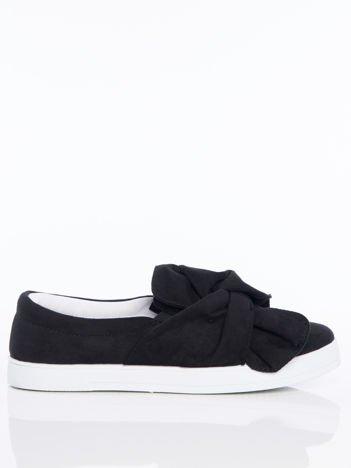 Czarne zamszowe slipony z zaplecioną kokardą na przodzie buta