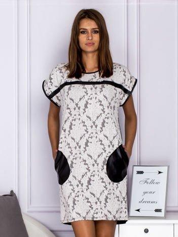 Czarno-biała sukienka koktajlowa w ornamentowy wzór