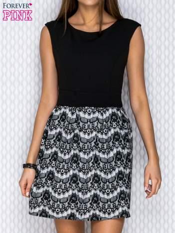 Czarno-biała sukienka z koronkowym motywem