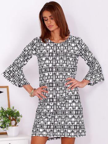 Czarno-biała trapezowa sukienka w geometryczny nadruk