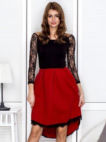 Czarno-czerwona sukienka z koronkowym wykończeniem